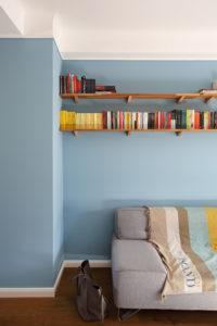 Bibliothèque et divan